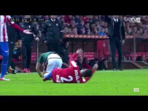 El árbitro no pitó ni falta en este brutal codazo a Oriol Riera