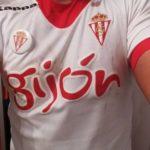 De navarro a navarro: el Sporting regala una camiseta al aficionado agredido en San Fermín