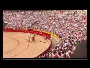 El torero Roca Rey enarbola la bandera de Osasuna y el tendido enloquece