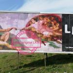 Aparece un 'collage' rojillo gigante en Pamplona inspirado en una legendaria obra de Miguel Ángel