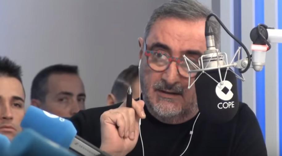 Ojo al atuendo del mítico Carlos Herrera para realizar uno de los programas de radio con más oyentes a nivel nacional