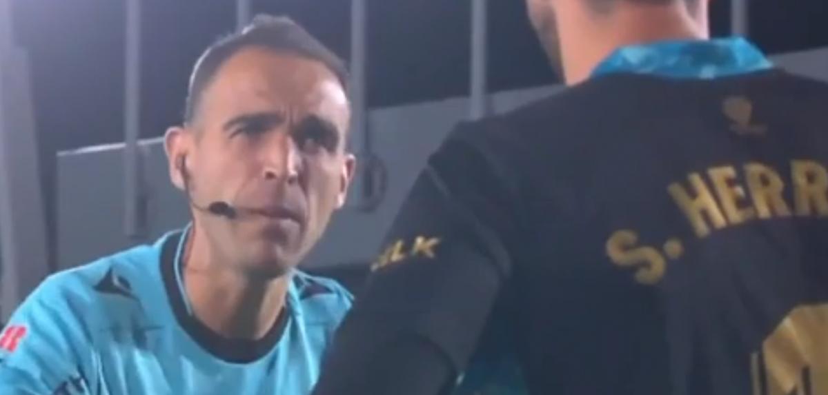 La durísima reprimenda del árbitro a Sergio Herrera y la respuesta del portero rojillo